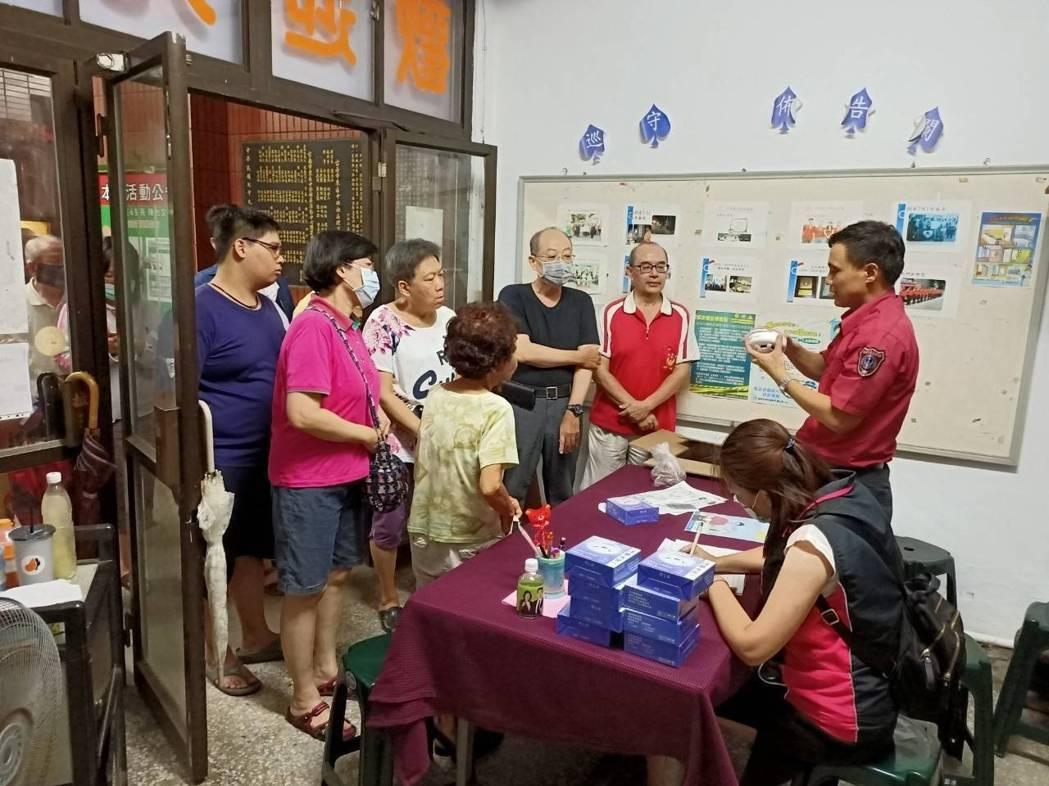 台南市消防人員深入社區,推廣裝設住警器。圖/台南市消防局提供