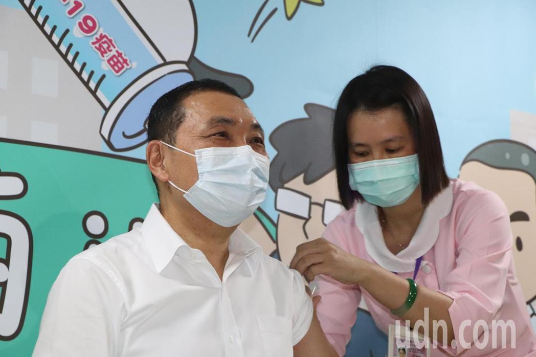 新北市長侯友宜今早至聯合醫院三重院區施打AZ疫苗。記者吳亮賢/攝影