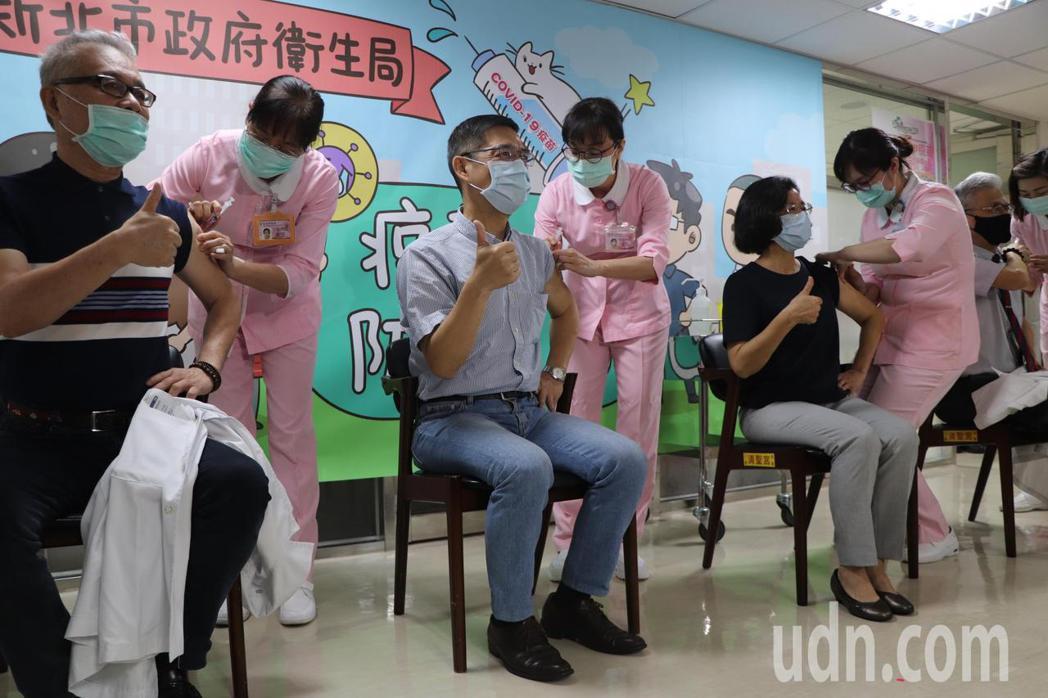 第二批防疫人員施打AZ疫苗。記者吳亮賢/攝影
