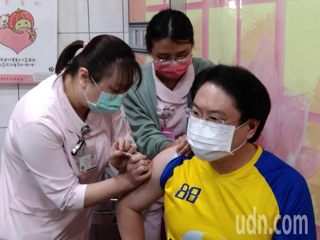 基隆市長林右昌(左)今早到衛福部基隆醫院,接種AZ COVID-19(新冠肺炎)...