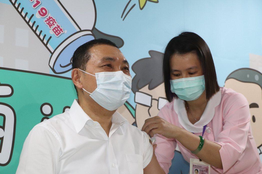新北市長侯友宜(左)今至聯合醫院三重院區施打AZ疫苗。記者吳亮賢/攝影