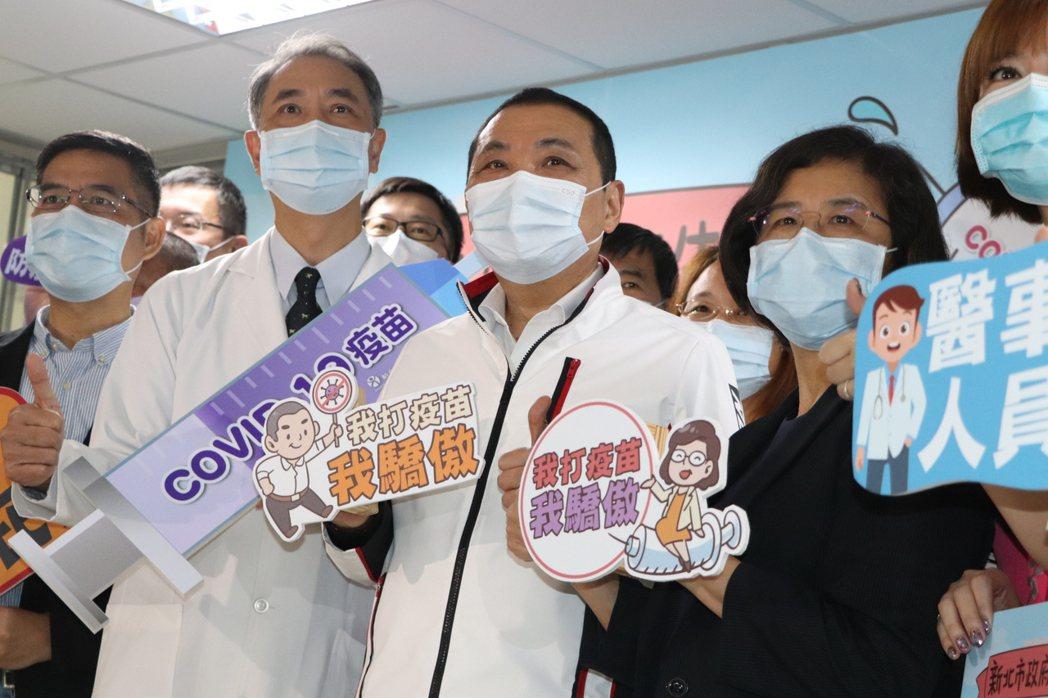 新北市長侯友宜(中)今至聯合醫院三重院區施打AZ疫苗。記者吳亮賢/攝影