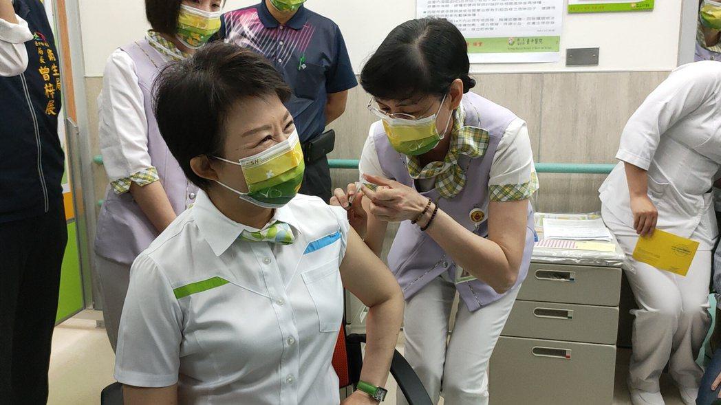 台中市長盧秀燕上午接種AZ疫苗。記者黃寅/攝影