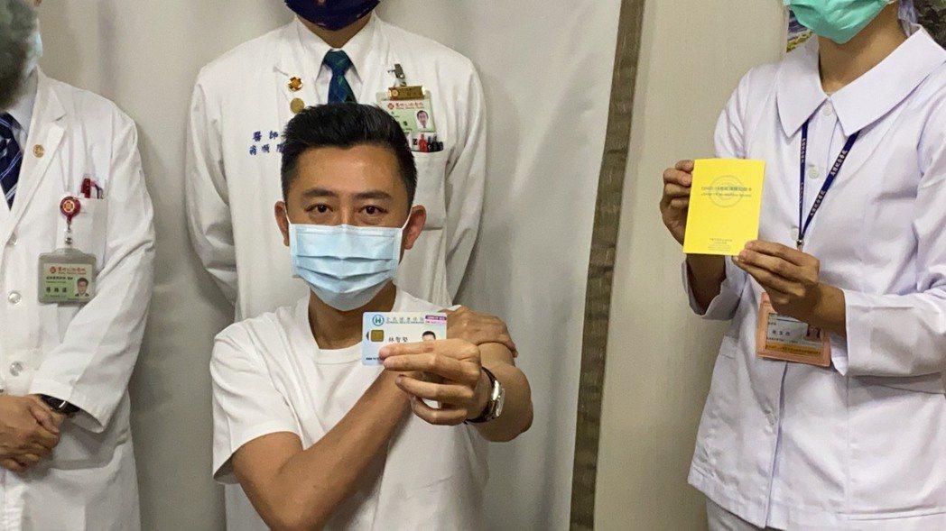 林智堅打完疫苗後秀出健保卡上的「疫苗註記貼紙」。記者王駿杰/攝影