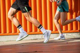 夏季跑鞋接力登場!涼感紗線、透氣設計助攻 克服炎熱高溫不煩惱