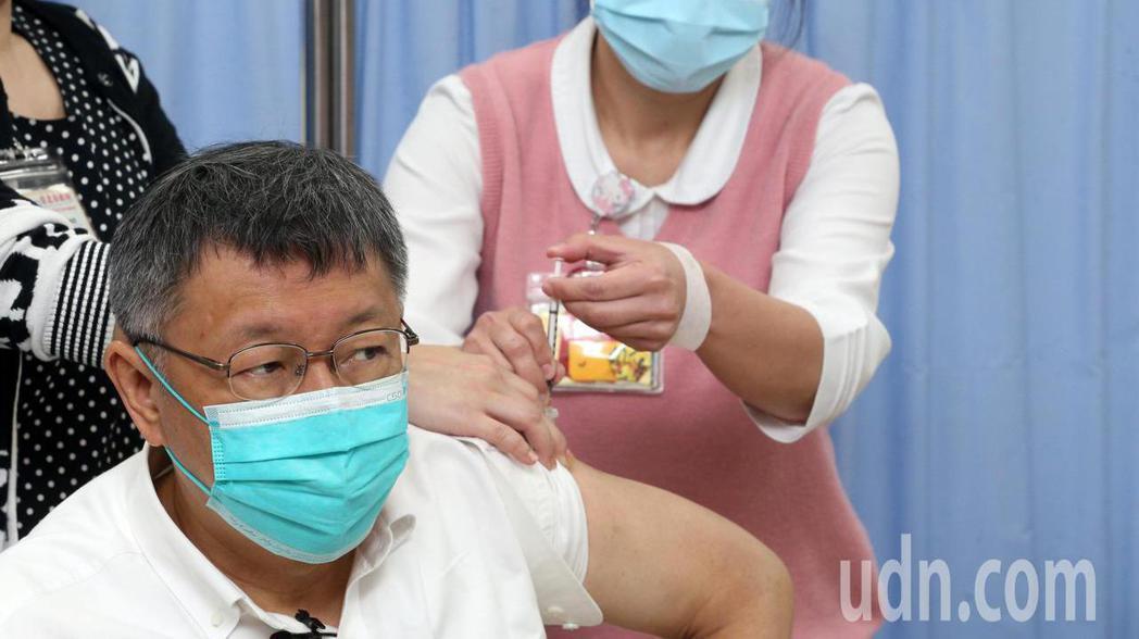 台北市長柯文哲今天前往台北市立聯合醫院和平院區接種AZ疫苗。記者胡經周/攝影