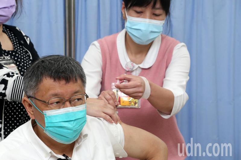 台北市長柯文哲今(12)日前往台北市立聯合醫院和平院區接種AZ疫苗。記者胡經周/攝影