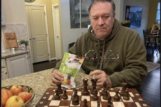 美國前國務卿龐培歐今天在推特上貼出一邊下西洋棋、一邊吃鳳梨乾的照片。記者周宗禎/...