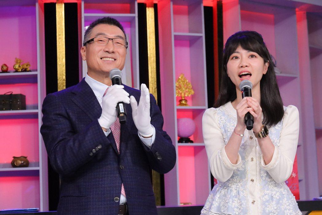 高嘉瑜(右)和秦老闆節目中一起合唱招牌歌「隱形的翅膀」。圖/JET提供