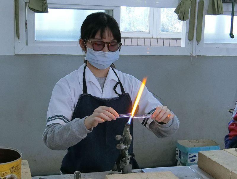 富禮國中學生田恩慈燒製玻璃筷架。圖/新竹市政府提供