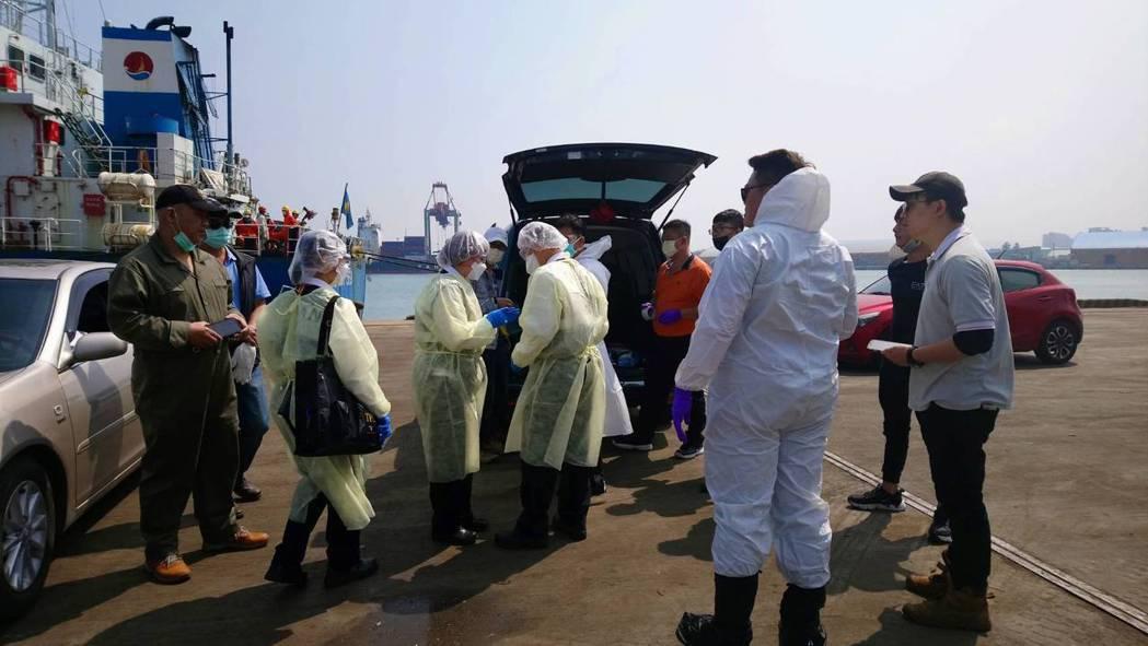 帛琉籍貨輪上有一名印尼船員死亡,今開抵台中港防疫人員全副武裝上船。記者游振昇/攝...