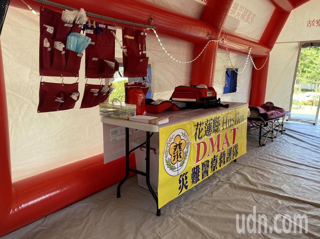 花蓮縣災難醫療救護隊利用充氣帳篷,並有吊掛布袋裝醫療器材,方便現場救護。記者王思...