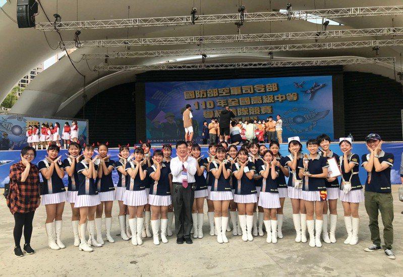 嘉女儀隊日前參加國防部高中儀隊競賽,獲得中區冠軍。記者卜敏正/翻攝
