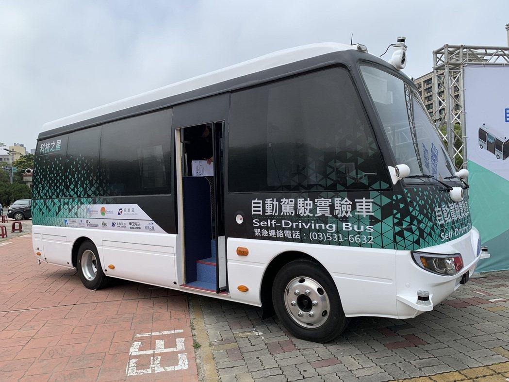 4月15日起竹北市共有4輛自駕巴士,將在夜間時段進行不載客測試。記者陳斯穎/攝影