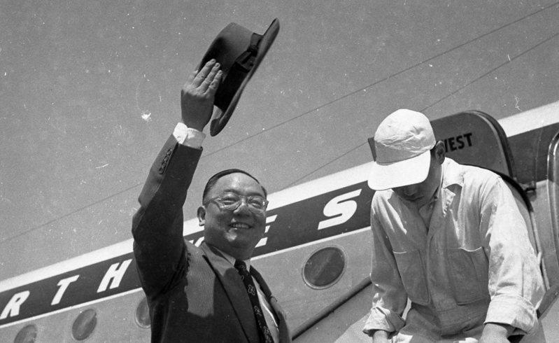 司法行政部政務次長查良鑑飛往美國,執行追回毛邦初所把持的餘款。圖/聯合報系資料照片