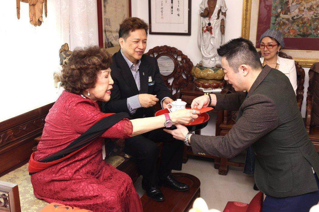周遊夫婦收乾兒子儀式,是採華人古禮的方式進行。記者王聰賢/攝影