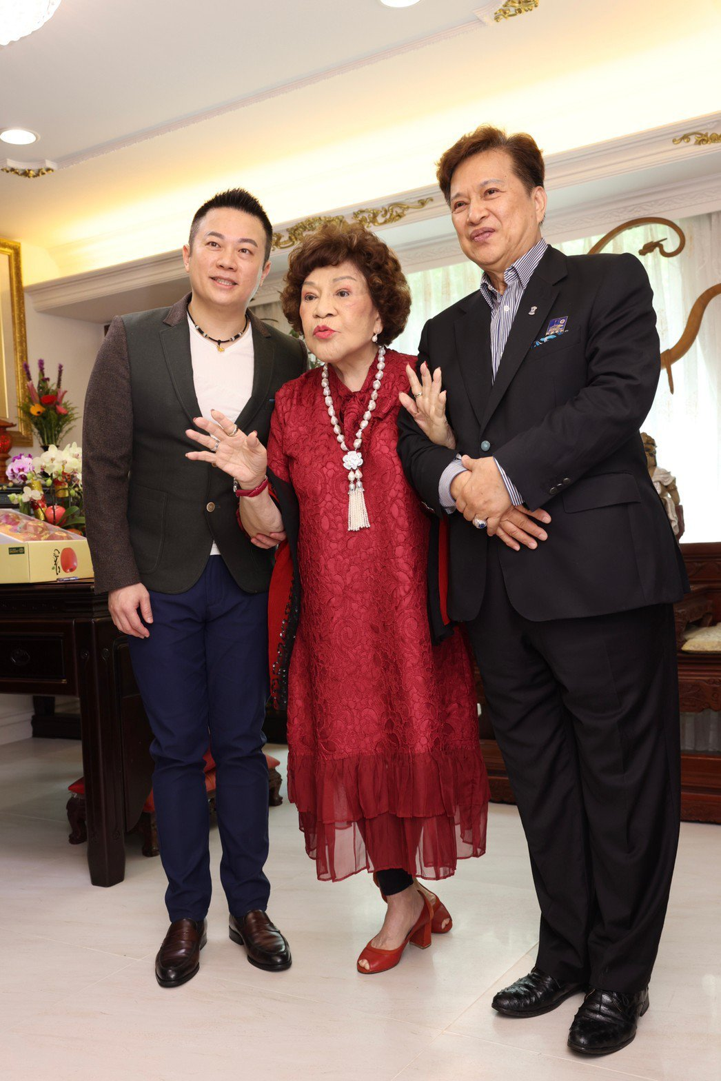李朝永(右起)、「阿姑」周遊夫妻認鮑魚王子施冠伸為乾兒子。記者王聰賢/攝影