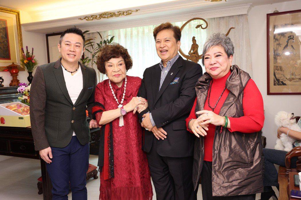 阿姑周遊第一次支持企業家,收鮑魚王子施冠伸為乾兒子。記者王聰賢/攝影