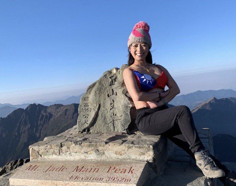 彰化縣議員劉惠娟攻上玉山山頂,穿上國旗小可愛內衣的照片,在po上臉書後,造成大轟動。圖/劉惠娟提供