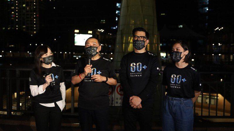 侯友宜(左2)提倡無煤理念,先前也曾舉辦關燈1小時活動。記者張哲郢/攝影