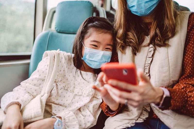 高達八成(81%)的台灣旅客表示願意在旅遊時戴上口罩。圖/Booking.com提供