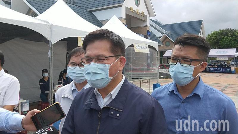 交通部長林佳龍(中)到台東慰問傷者和罹難者家屬,強調已提出書面辭呈,盼長官成全。記者施鴻基/攝影