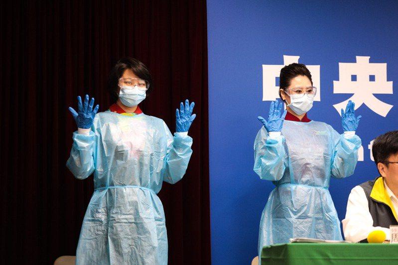 中央流行疫情指揮中心曾邀請國籍航空機組員現場示範穿著適當防護。圖/指揮中心提供