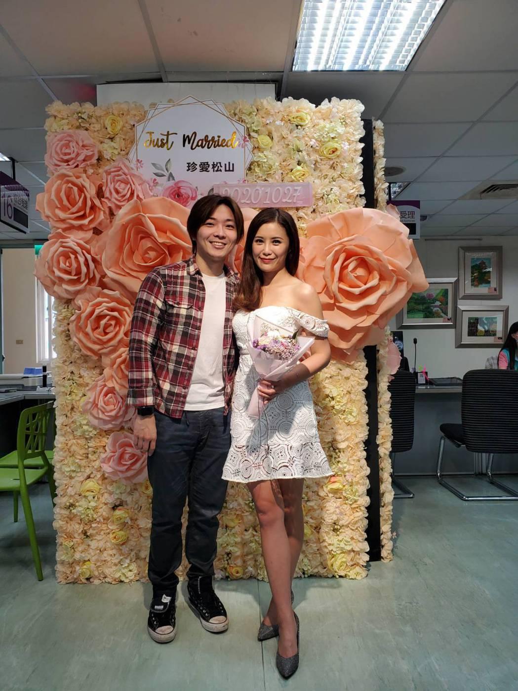 華視主播宋燕旻(右)和導演柯孟融去年10月登記結婚。圖/宋燕旻提供