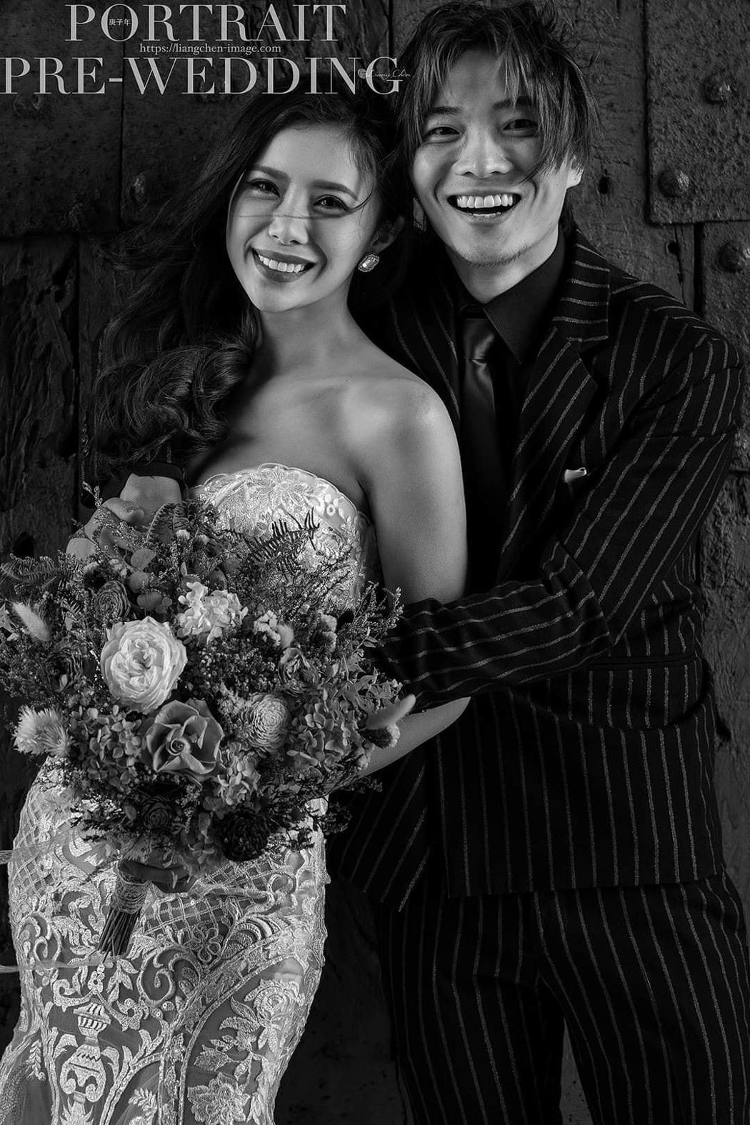 華視主播宋燕旻(左)和導演柯孟融婚紗照相當唯美。圖/摘自臉書