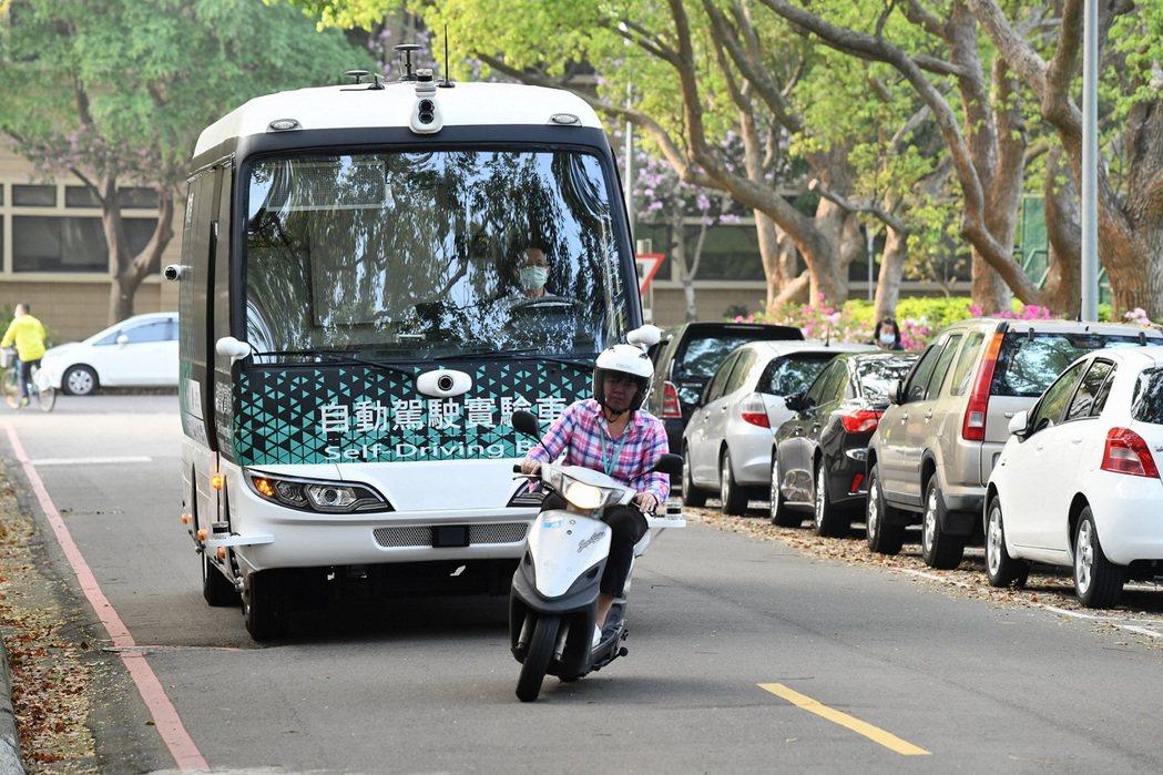 自駕電動巴士行駛在汽機車混合車流的市區開放道路,運算系統處理人、車、路等資訊複雜...
