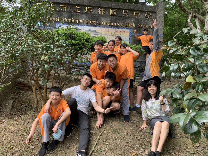 歐志華(前排右一)表示,地方創生不是只有在教室,要真的走到社區裡。圖/坪林國中提供