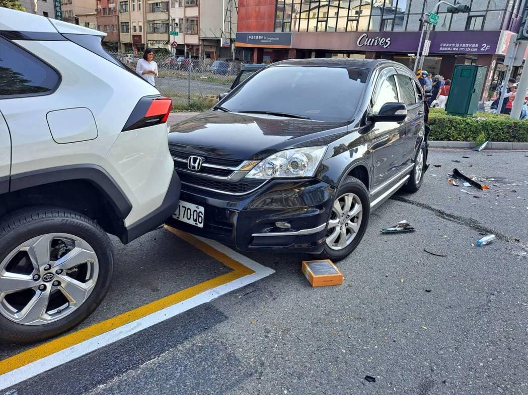 林男黑色休旅車波及到停靠在路旁的另部無辜休旅車。記者張議晨/翻攝