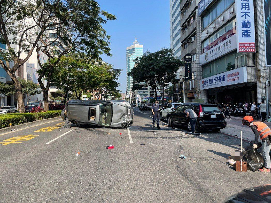 徐男休旅車遭撞後,側翻橫躺路中央,林男黑色休旅車則是波及到停靠在路旁的另部無辜休...