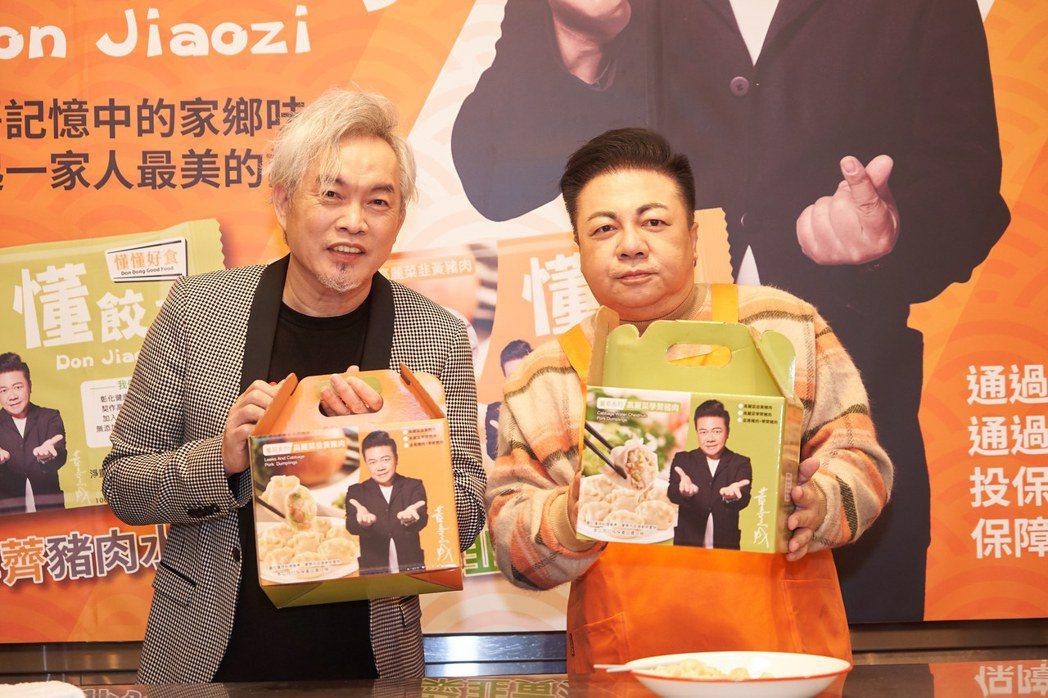 康康(左)受邀為董至成的水餃品牌站台。圖/懂餃子提供