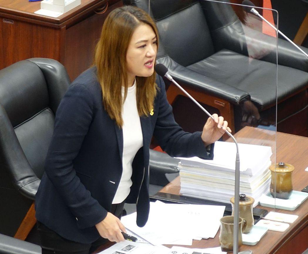 高雄市議員高閔琳促市府降低社會住宅租金。記者楊濡嘉/攝影