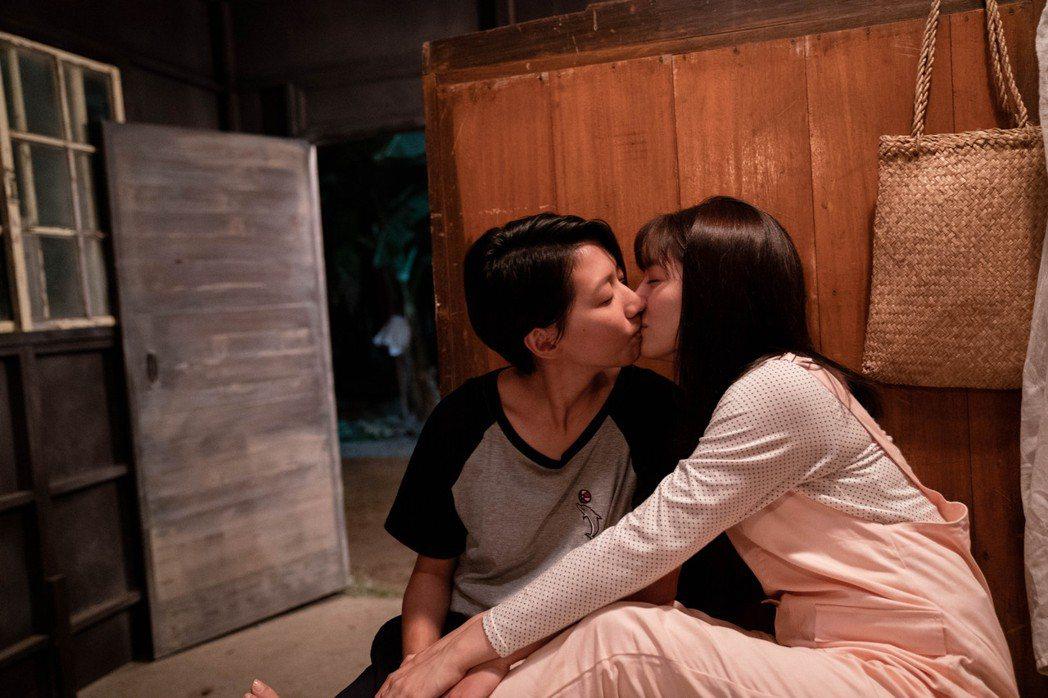 陳妤(左)、劉倩妏在「弓蕉園的秘密」中有女女床戲。圖/公視台語台提供