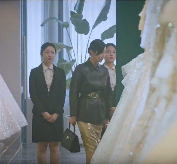金素妍在戲中拎Salvatore Ferragamo TRIFOLIO翻蓋提包。...