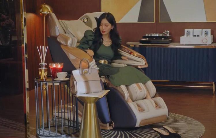 金素妍在戲中用了Salvatore Ferragamo STUDIO包款。圖/摘...