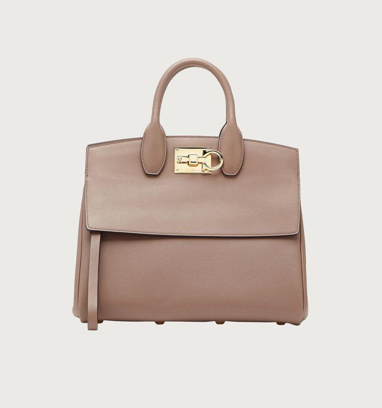STUDIO米棕色小牛皮手提包,84,900元。圖/Salvatore Ferr...