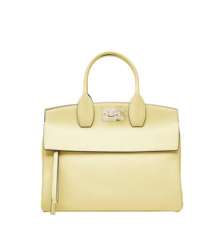 STUDIO鵝黃色小牛皮手提包,84,900元。圖/Salvatore Ferr...