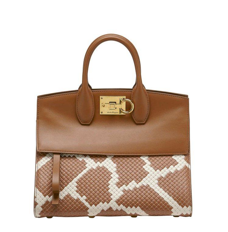 STUDIO棕色小牛皮編織手提包,10萬9,000元。圖/Salvatore F...