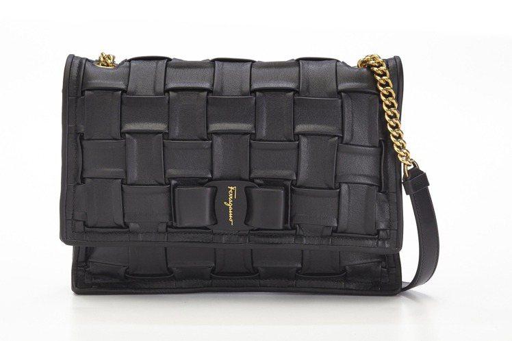 VIVA黑色蝴蝶結牛皮編織肩背包,59,900元。圖/Salvatore Fer...