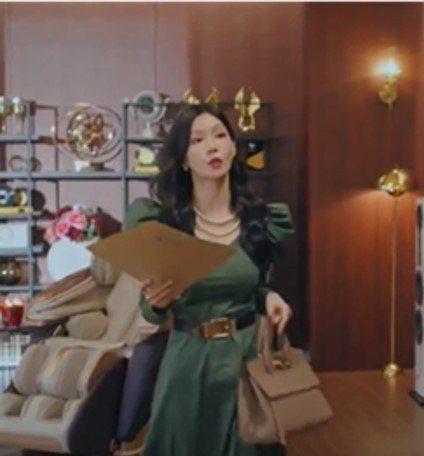 金素妍在戲中拎Salvatore Ferragamo STUDIO包款。圖/摘自...