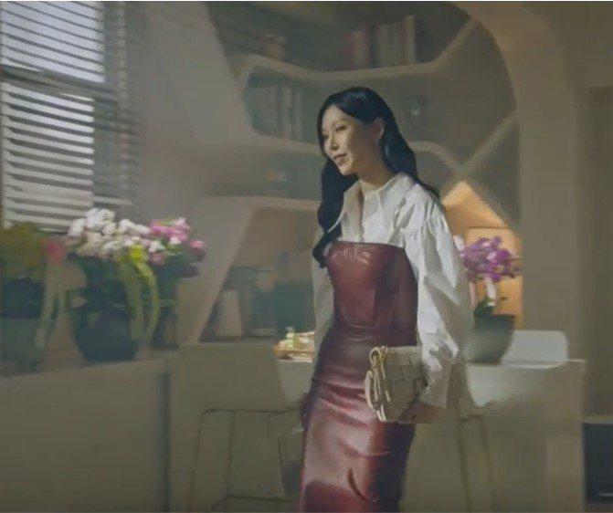 金素妍在戲中拎Salvatore Ferragamo VIVA編織包。圖/摘自愛...