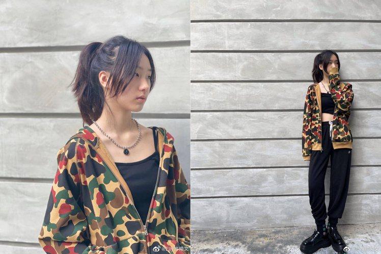 Elly許曦文在社群平台上曝光搭配潮牌經典外套的照片,除了讓小S秒吐槽之外,也引...