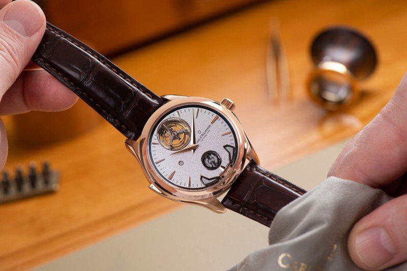 馬利龍系列交響樂三問腕表具備三問報時、陀飛輪與經瑞士天文台認證的MR3000自動上鍊機芯,訂價約1,280萬元。圖 / 寶齊萊提供。