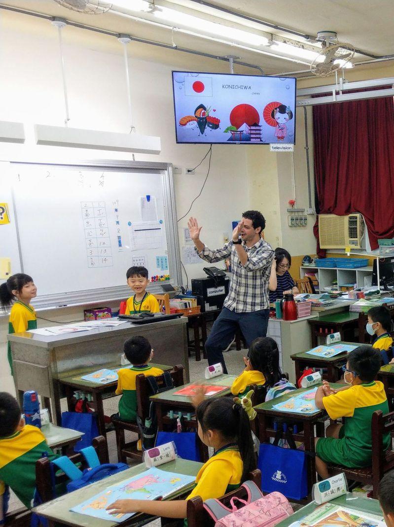 基隆市政府教育表示,未來兩學年會有5所小學轉型雙語學校,達成「區區有雙語學校」目標。圖/基市府教育處提供