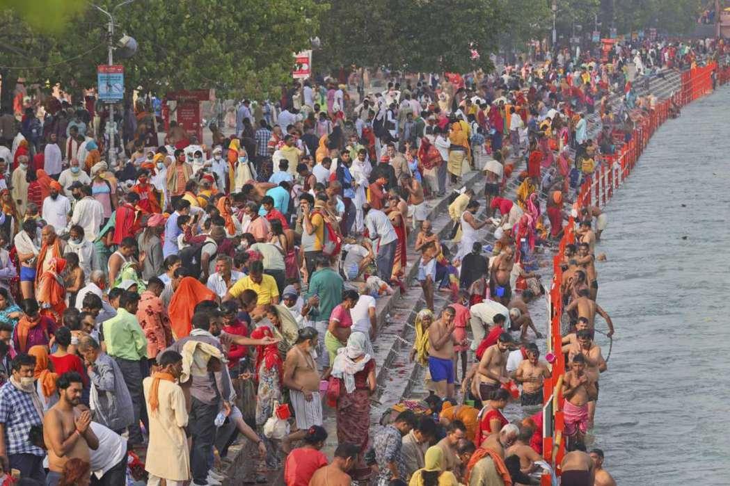 印度信徒12日浸泡在恆河,慶祝「大壺節」(Kumbh Mela)。美聯社