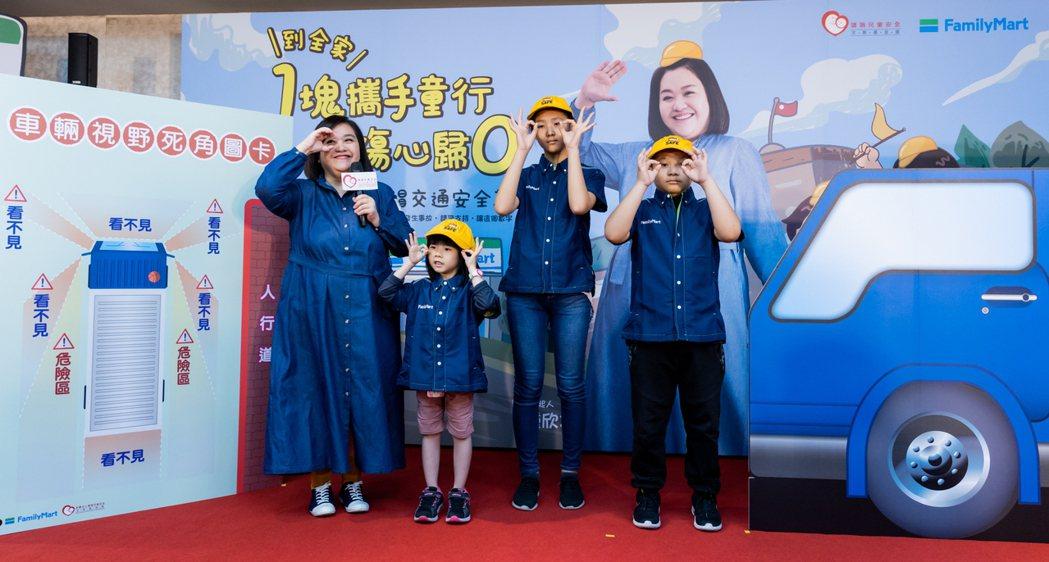 鍾欣凌(左)示範視野死角「集、轉、探、避、揮」口訣。圗/靖娟兒童安全文教基金會提