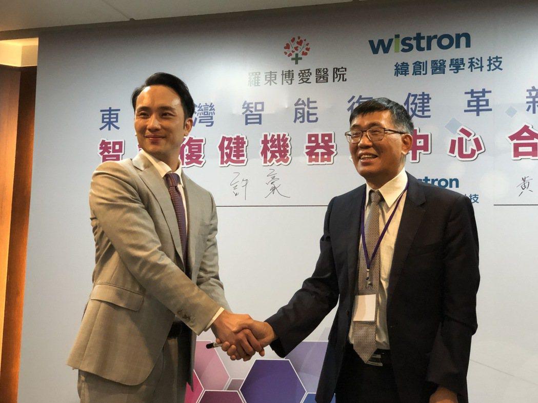 緯創醫學總經理黃俊東(右)與羅東博愛醫院執行長許豪,攜手成立智能復健機器人中心。...